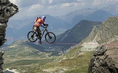 Přejet na kole po úzkém popruhu nad 112metrovou propastí? Kenny Belaey ti ukáže, jak na to