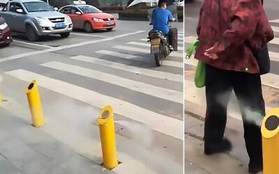Přejít přes silnici na červenou? V Číně tě za trest postříkají vodou, tvou tvář zveřejní po městě a ztratíš i body ze sociálního kreditu