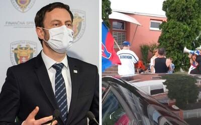 Premiér Eduard Heger vyzýva políciu, aby zastavila agresívne útoky voči lekárom a vedcom