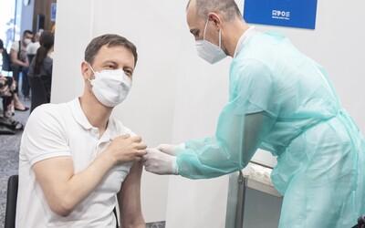 Premiér Heger sa dal zaočkovať vakcínou Astrazeneca