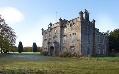 Přemýšlíš nad koupí domu? Našetřit ještě o něco více a kup si rovnou majestátní zámek za 14 milionů korun v srdci Skotska