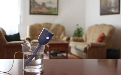 Prenosný zvlhčovač, ktorý načerpá vodu hoci aj z vášho pohára, vytvorený ambicióznym Slovákom