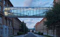 Propojení historických budov pražské VŠCHT pomocí prosklených můstků krystalického tvaru je pastvou pro oči