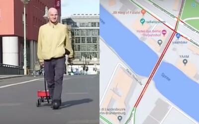 Prešiel sa prázdnou ulicou s 99 telefónmi a vytvoril tak umelú dopravnú zápchu. Chlapík oklamal mapy od Googlu
