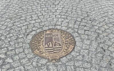 Prešovčania sa búria, nepáčia sa im poklopy s nápisom Košice v historickom centre mesta