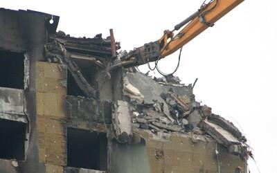 Prešovský panelák budou muset zbourat úplně celý, tvrdí statik po prvním dni demolice. Jeho stav je kritický