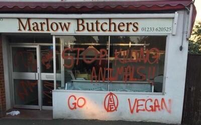 Přestaňte zabíjet zvířata, nasprejoval gang militantních veganů na řeznictví. Rodinnému podniku vyhrožují