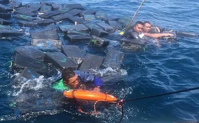 Prevážali kokaín a potopila sa im loď. V obkľúčení žralokov prežili len vďaka droge, ktorá plávala na hladine