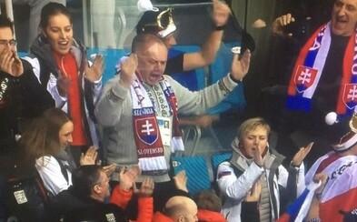 Prezident Kiska vymenil VIP lóžu za kotol s fanúšikmi. Na zápase proti Rusom si šiel vykričať hlasivky, aby podporil našich chlapcov