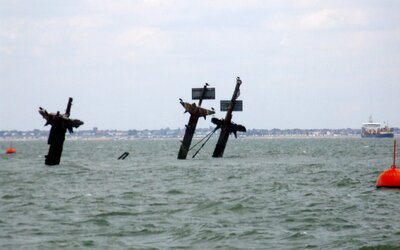 Pri Anglicku leží potopená loď plná 1000 ton výbušnín, ktorej explózia by vymazala z povrchu celú priľahlú oblasť. Stala sa obeťou vojny