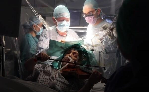 Při operaci hrála na housle. Doktoři odstranili pacientce přes 90 % mozkového nádoru