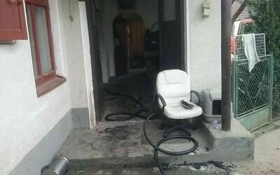 Pri požiari v rodinnom dome neďaleko Púchova zomreli 2 ľudia. Polícia zadržala osobu podozrivú z vraždy