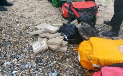 Při procházce po pláži našel kokain za 1,5 miliardy korun. Nikdo zatím nedokáže vysvětlit, jak se tam drogy dostaly