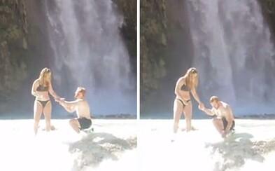 Při romantické žádosti o ruku mu spadl prsten přímo do vody. Přítelkyně mu ale i tak řekla ano