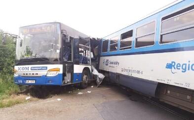 Při srážce vlaku s autobusem se zranilo 10 lidí. Podle inspekce vjel řidič na koleje i přes výstražná světla