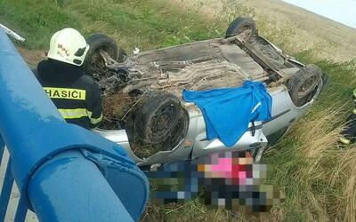 Pri Trebišove sa auto s dvomi pasažiermi prevrátilo na strechu a skončilo mimo cesty. Jedna osoba nehodu neprežila