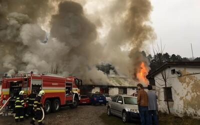 Pri Žiline horel autoservis, zasahovalo až 30 hasičov. Škodu vyčíslili na 65 000 eur