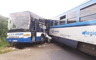 Pri zrážke vlaku s autobusom sa v Česku zranilo 10 ľudí. Podľa inšpekcie vošiel vodič na koľajnice aj cez výstražné svetlá