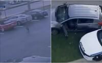 Příběh jako z GTA. Nahý muž zřejmě vyskočil z okna ve druhém patře, ukradl auto a nakonec postřelil policistu