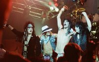 Příběh Mötley Crüe je plný sexu, drog, smrti a rock and rollu. Jejich cesta ke slávě byla trnitá a dny na vrcholu ještě těžší