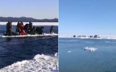 Približne 600 rybárov uviazlo v Rusku na ľadovej kryhe. Doplatili na nerešpektovanie varovania úradov