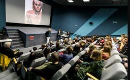 Prieskum: So sexuálnym obťažovaním sa stretli 3/4 študentiek a študentov vysokých škôl na Slovensku. Objavuje sa aj nátlak