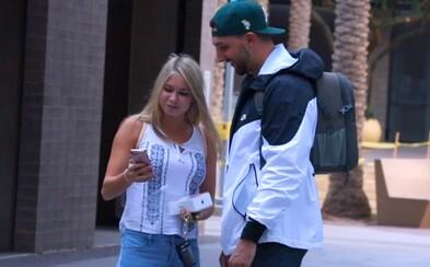 Prijal by si iPhone X od úplne cudzieho človeka na ulici? Mobil za viac ako 1000 dolárov muž rozdával študentom len z dobrej vôle