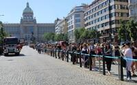 Primark v Praze má otevřeno. Zákazníci ve frontě přes polovinu Václavského náměstí čekají i více než hodinu a půl (Fotoreportáž)