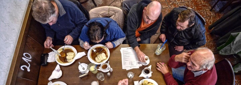 Přímo v menu můžeš za 90 Kč objednat oběd pro člověka bez domova nebo s autismem. Síť restaurací Lokál založila projekt Oběd pro dalšího