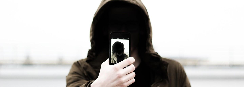 Připadá ti, že na své selfie někdy vypadáš divně? Neboj, pravděpodobně za to nemůže tvůj obličej, ale mozek