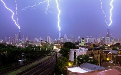Príroda v celej svojej kráse a sile. Tri blesky naraz udreli do troch najvyšších budov Chicaga
