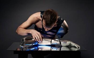Prišiel o ruku, tak mu doktori implantovali robotickú protézu s USB, svetlom a displejom miesto kože