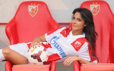 Príťažlivá futbalová reportérka takmer stratila prácu, krásou rozptyľovala hráčov