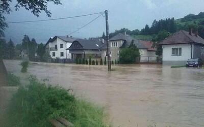 Prívalové dažde vytopili ďalšie obývačky na Slovensku. Výstrahy platia na väčšine územia aj v sobotu