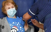 Priveď starých rodičov na očkovanie, dostaneš vakcínu aj ty. Slovensko chystá novú motivačnú kampaň