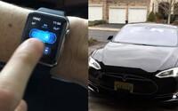 Privolaj si svoju Teslu vďaka hodinkám Apple Watch. Funkcia Summon funguje vďaka neoficiálnej aplikácii aj na nich