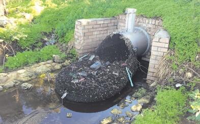 Problém s odpadom vyriešili po svojom. Mesto nainštalovalo siete zachytávajúce smeti z kanalizácie