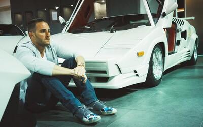 Prodal už auta Lamborghini v hodnotě 1 miliardy dolarů a svůj úspěch postavil na sociálních sítích. Brett měl přitom otcovu firmu prodat