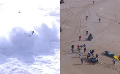Profesionálneho surfera zmietla obrovská vlna. Ihneď ho museli previezť do nemocnice