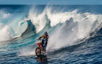 Profesionální jezdec zdolal mohutnou vlnu jen díky své upravené motorce