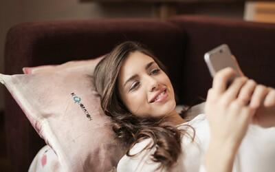 Prohlížení sociálních sítí před spaním zvyšuje riziko depresí nebo bipolární poruchy