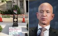 Protestující dali před dům miliardáře Jeffa Bezose gilotinu. Podpořte chudé, ne boháče, křičeli