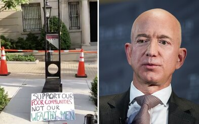 Protestujúci dali pred dom miliardára Jeffa Bezosa gilotínu. Podporte chudobných, nie boháča, kričali