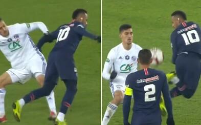 Protihráč neustále okopával Neymara, tak ho Brazílčan zosmiešnil famóznym trikom a posadil ho na trávnik