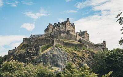Protivládni demonštranti si zmysleli, že chcú dobyť škótsky hrad. Nepodarilo sa im to