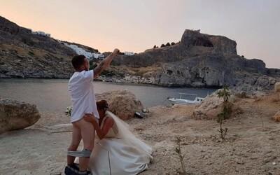 Provokatívna svadobná fotka spôsobuje novomanželom obrovské problémy. Zničili obrady desiatkam dvojíc a hrozia im aj súdne spory