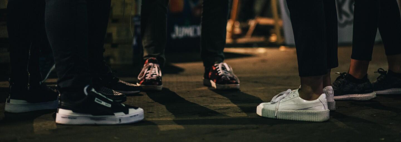 Prozkoumali jsme výběr obuvi na festivalu Teniskology. Zhodnoť páry jeho účastníků (Video)