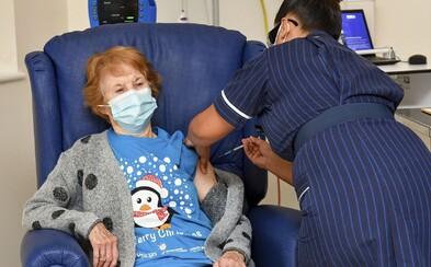 První pacientka v Británii dostala vakcínu proti koronaviru. Je jí 90letá žena