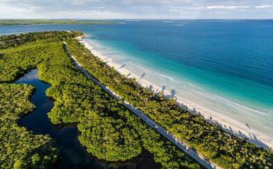 Prvé letecké zábery Kuby odhaľujú človekom nedotknutú prírodu aj mestá, v ktorých akoby zastal čas