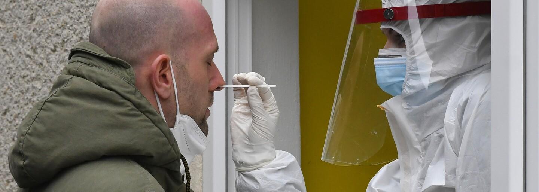 První pacientce v Česku byl podán lék Bamlanivimab, který zabrání těžkému průběhu koronaviru. Po pár hodinách mohla odejít domů